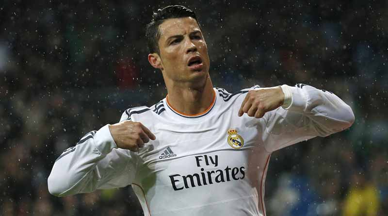Real Madrid's Cristiano Ronaldo (C) celebrates his goal against Rayo Vallecano during their Spanish First Division soccer match at Santiago Bernabeu stadium in Madrid March 29, 2014. REUTERS/Andrea Comas (SPAIN - Tags: SPORT SOCCER)