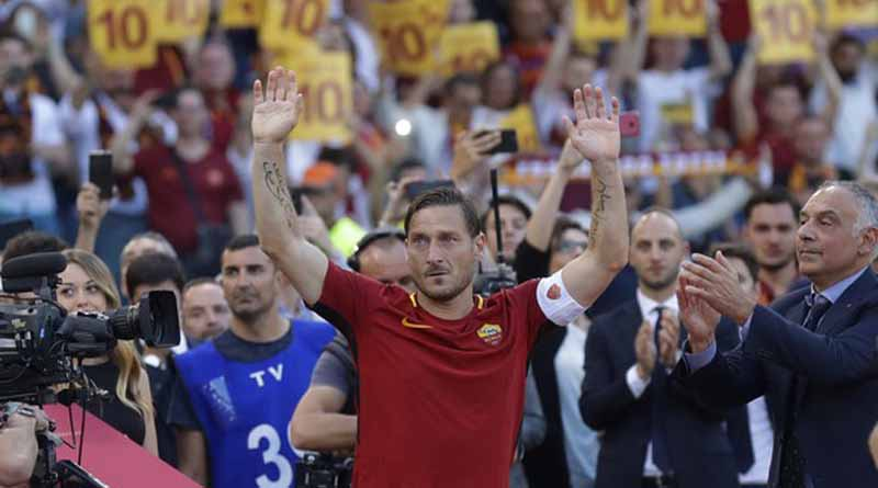 Roma President James Pallotta, right, applauds as Francesco Totti salutes his fans after an Italian Serie A soccer match between Roma and Genoa at the Olympic stadium in Rome, Sunday, May 28, 2017. Francesco Totti is playing his final match with Roma against Genoa after a 25-season career with his hometown club. (AP Photo/Alessandra Tarantino)